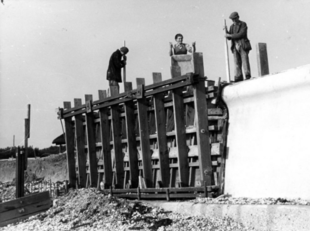 concreting-selsey-sea-wall-20_oct_1953